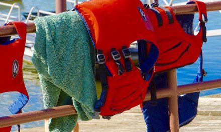 Sikker bådferie med redningsveste og svømmeveste